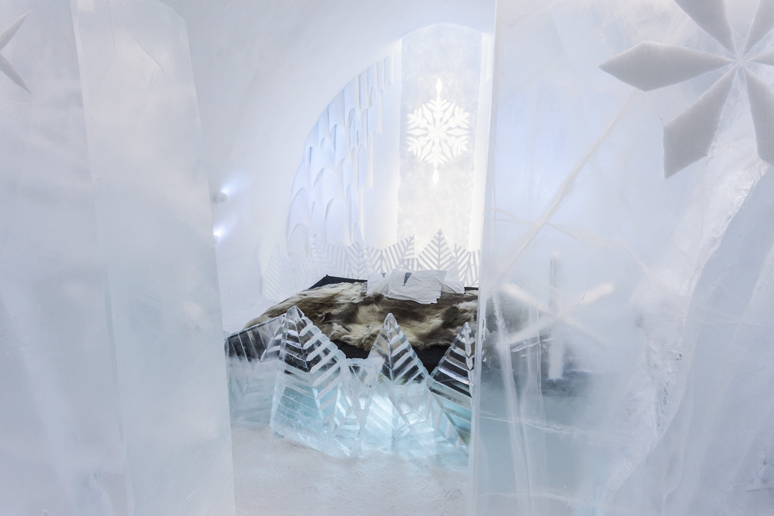 frosty_flower_1_photo_christian_stromqvist_design_icehotel